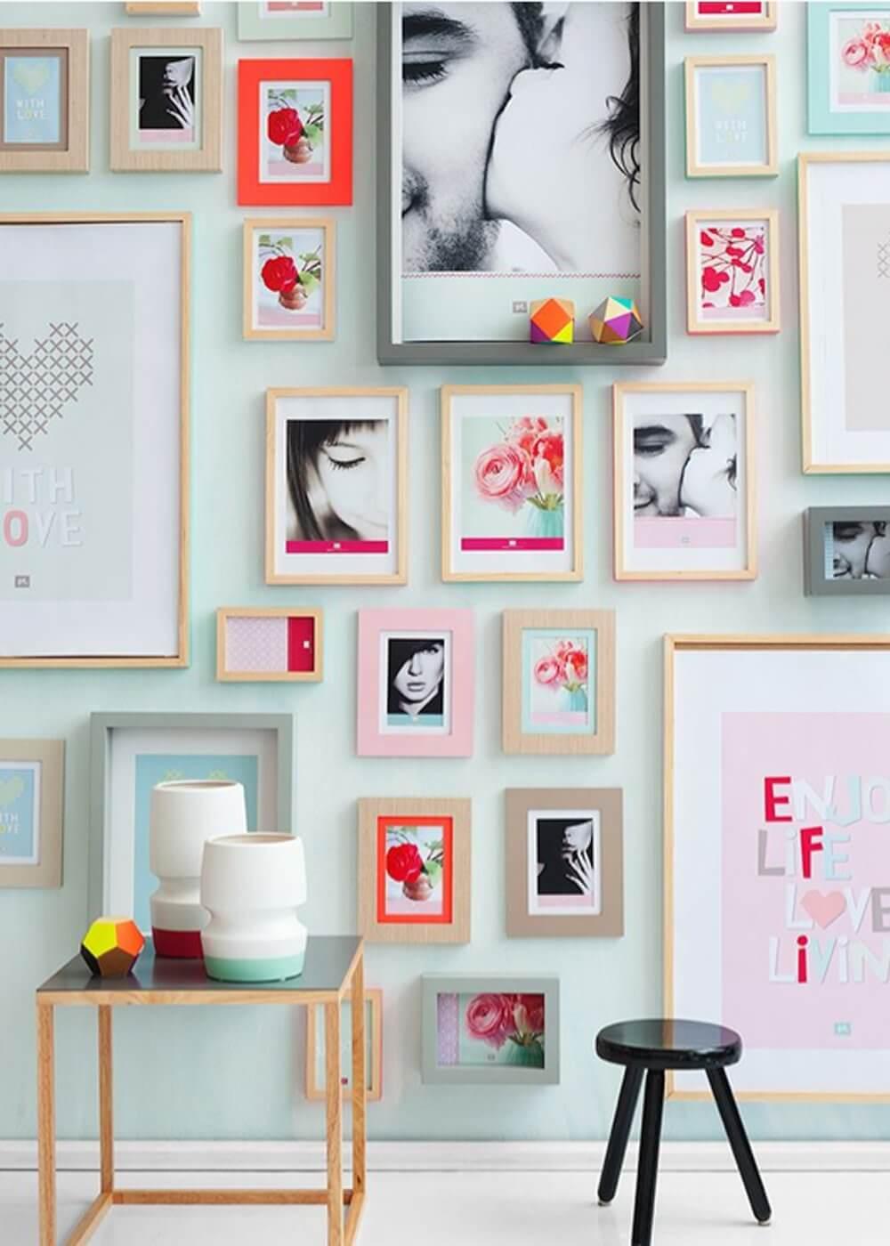 Poner muchos cuadros en la pared